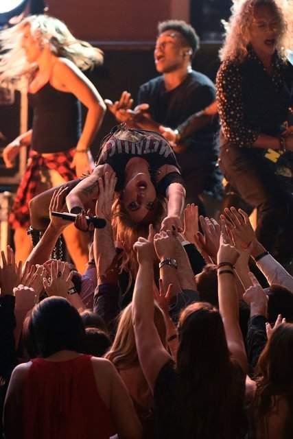 Леди Гага показала грудь на премии