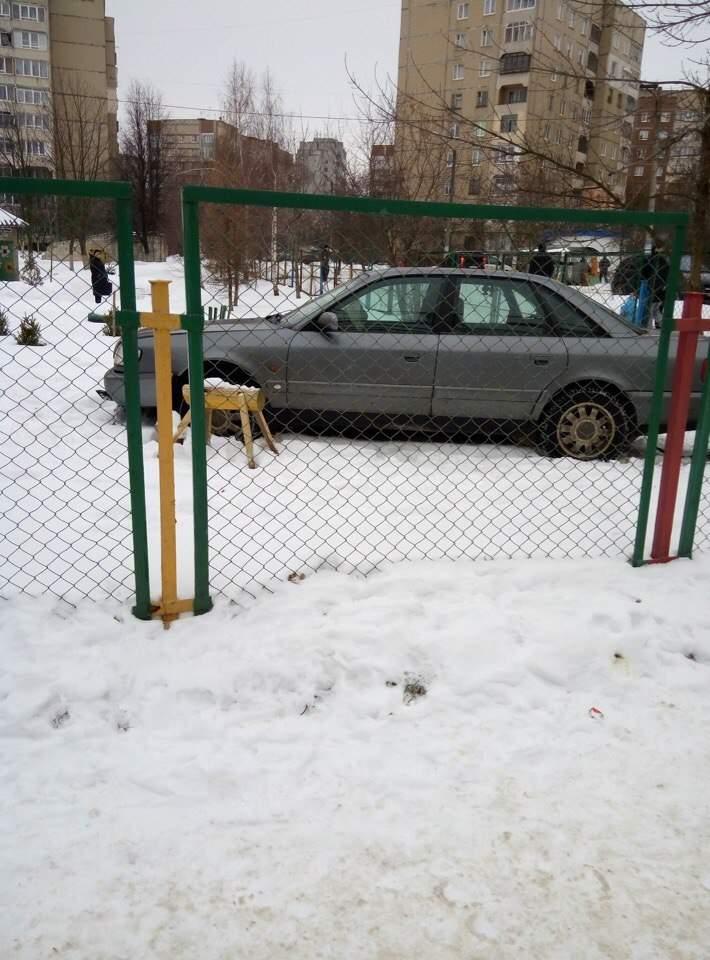 Просто очень хотел в детство: во Львове «Ауди» протаранило забор детского сада (фото)
