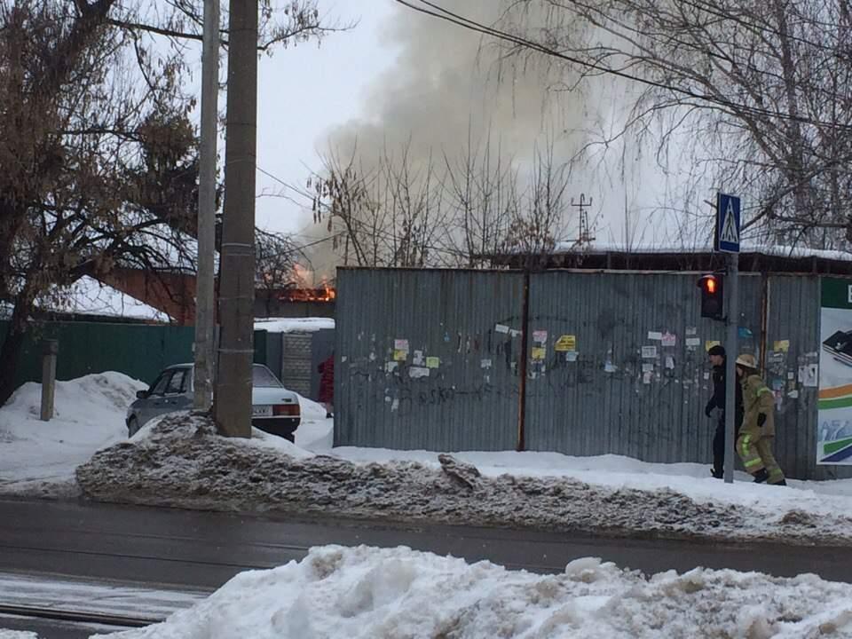 В Харькове пылает частный дом (Фото)