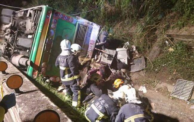 Трагедия на тайваньском острове: опрокинулся туристический автобус с 44 пассажирами