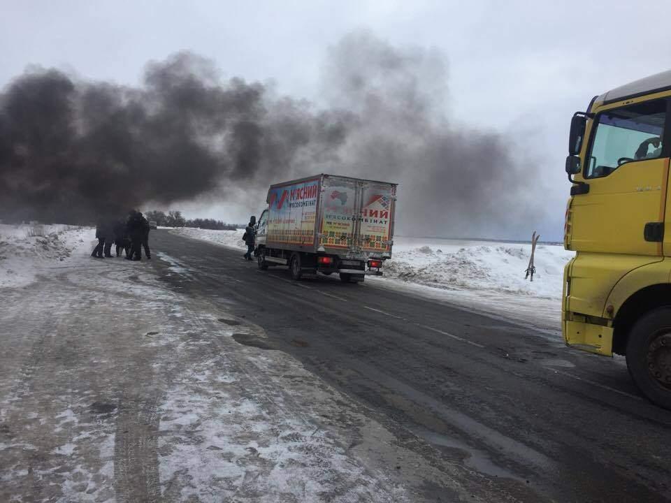 Харьковские активисты перекрыли трассу Харьков-Сумы в знак протеста против закрытия местной больницы (фото)