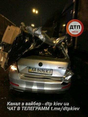 В столице автомобилю  сорвало крышу (Фото)