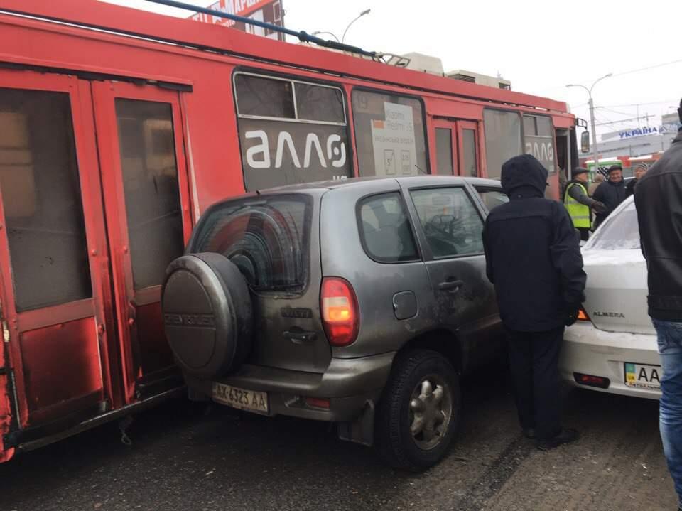В Харькове троллейбус и легковушка