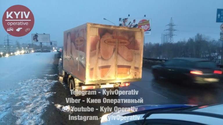 В столице обкуренный развозчик хлеба спал за рулём и