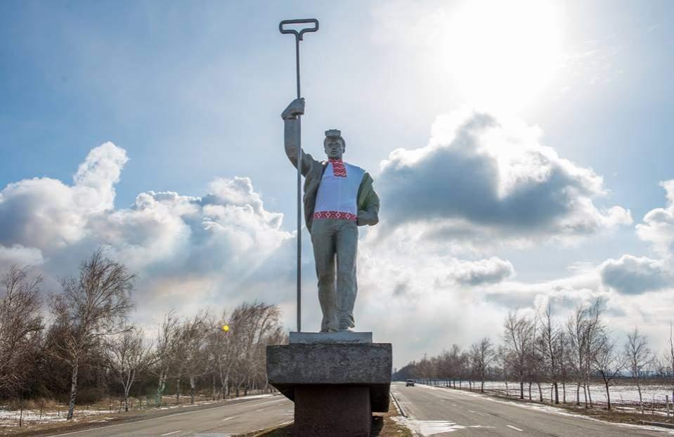В Мариуполе скульптуру советского металлурга