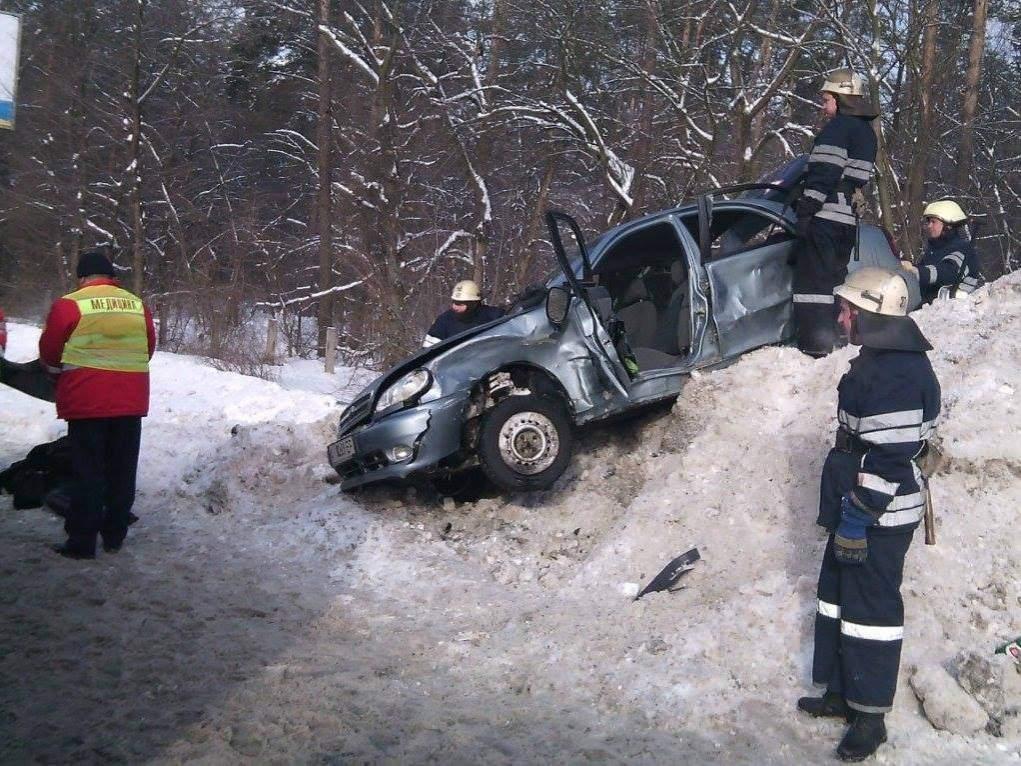 В Киеве легковушка въехала в сугроб снега, погибла женщина (Фото)