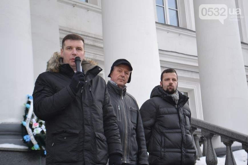 Под стены Полтавского горсовета предприниматели принесли похоронные венки против повышения налогов (Фото)