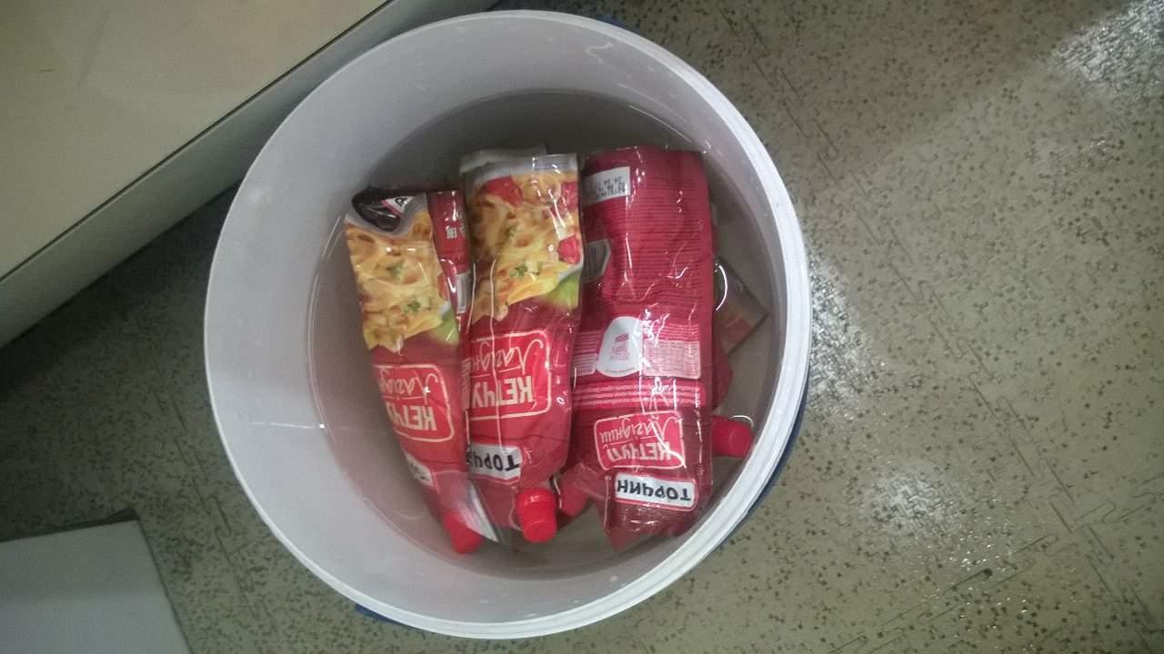 Одесские супермаркеты устраивают спа для кетчупов (фото)