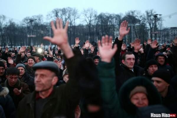Тысячи белорусов вышли на массовую акцию против «налога на тунеядство» (фото, видео)