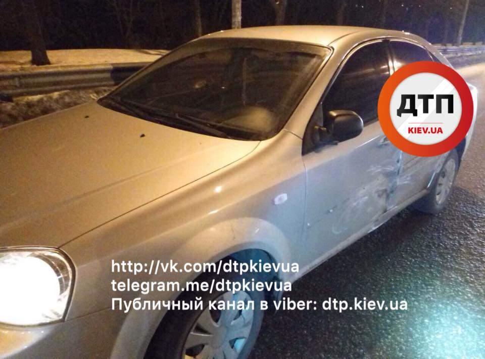В Киеве произошло ДТП: разбиты 4 автомобиля и 3 пострадавших (Фото)