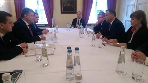 Порошенко и Дуда осудили осквернение польского памятника и одобрили санкции против РФ