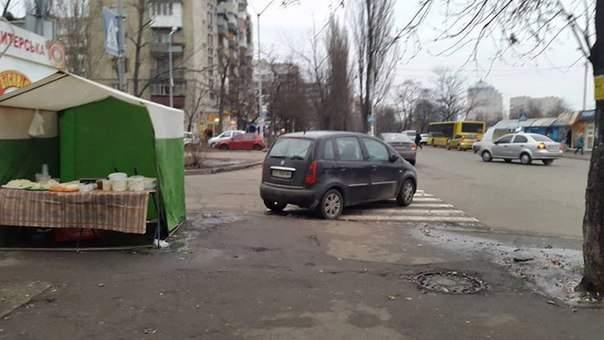 Столичный водитель счёл пешеходный переход самым удобным местом для парковки (фото)