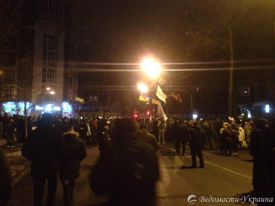 К администрации президента стягивают спецназ и полицию. Берут протестующих в окружение (фоторепортаж)