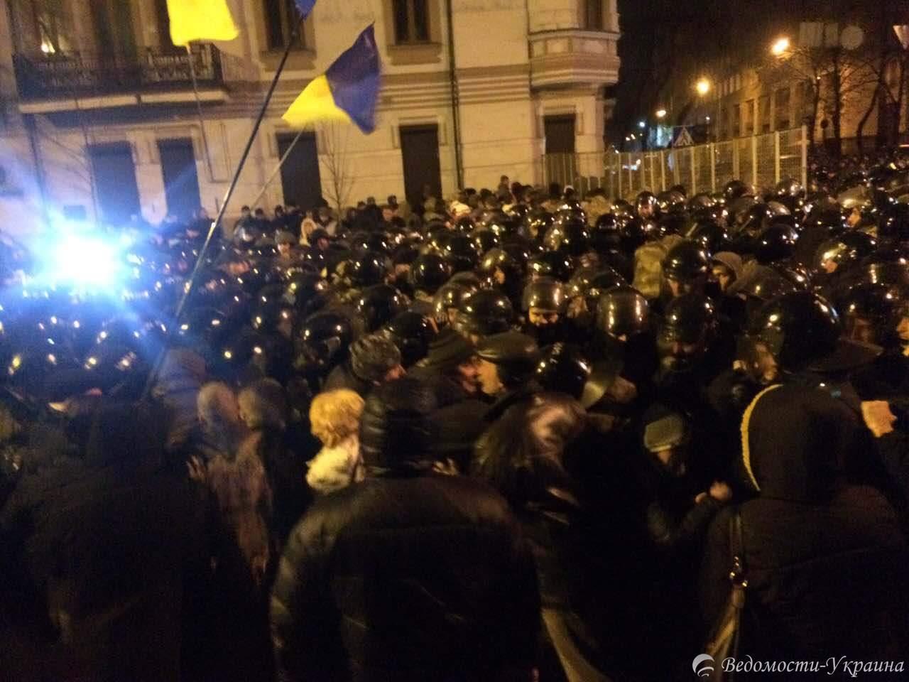 Под АП происходят столкновения между полицией и митингующими (видео)