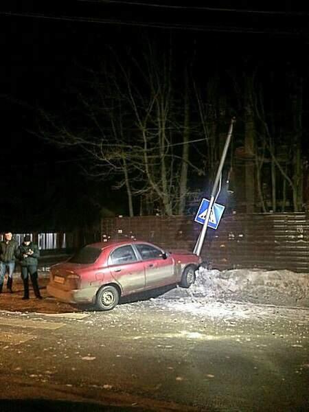 Во Львове произошло ДТП: пьяный водитель влетел в столб (Фото)