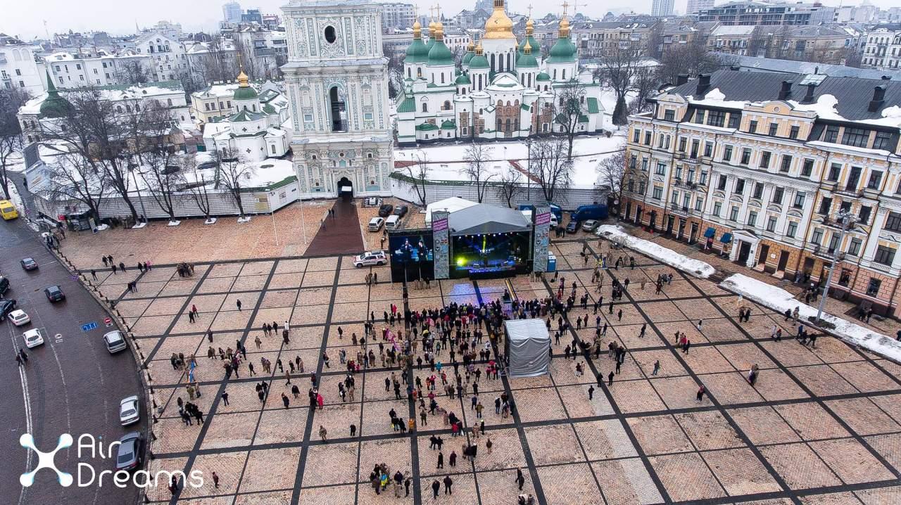 Потрясающий вид с высоты на концерт на Софиевской площади в Киеве (Видео)