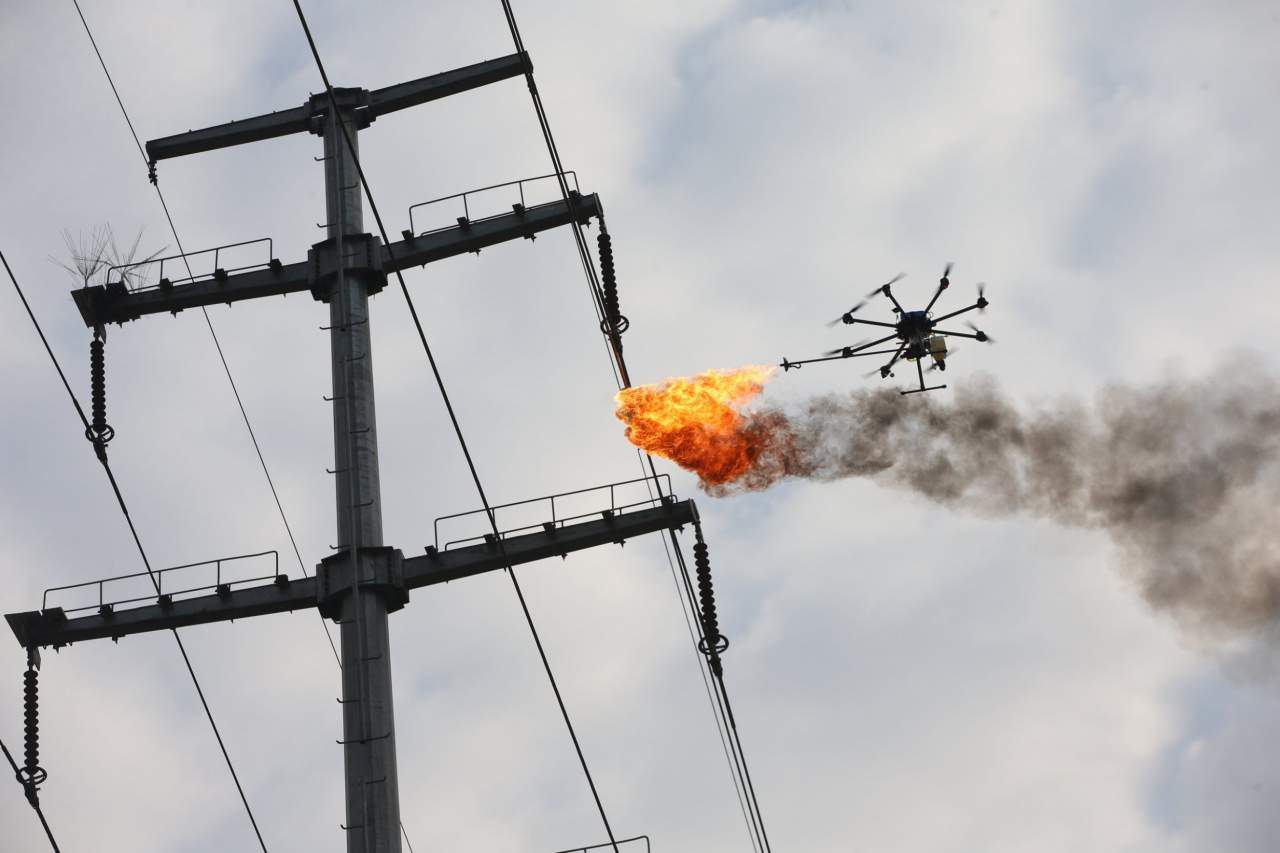 В Китае начали бороться с мусором при помощи огнемётного дрона (видео)