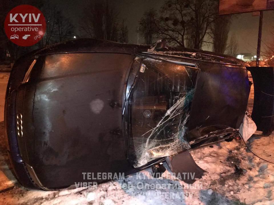 В столице Audi занесло и перевернуло на бок (Видео)