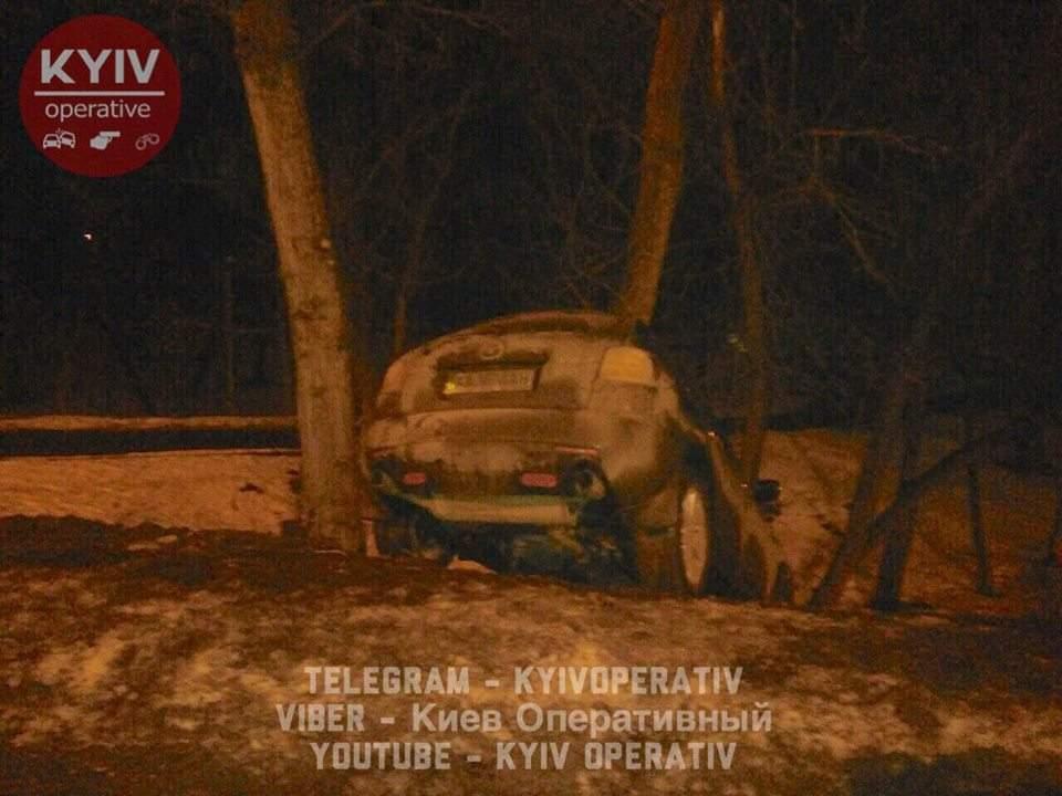 В Киеве произошло странное ДТП, водитель скрылся с места аварии (Фото)