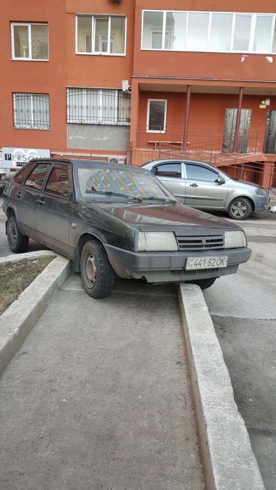 Водители Одессы пристрастились к парковке на тротуарах (фото)
