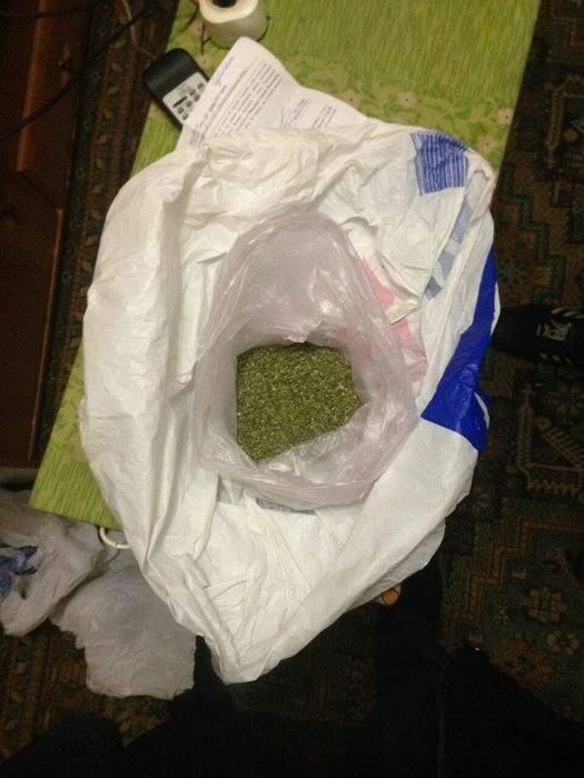 Семейный подряд: на Днепропетровщине полицейский сбывал марихуану отца-наркодилера (фото)