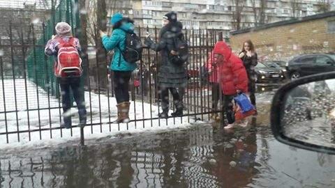 Ученикам киевской гимназии № 191 сегодня было проблематично добираться до гимназии