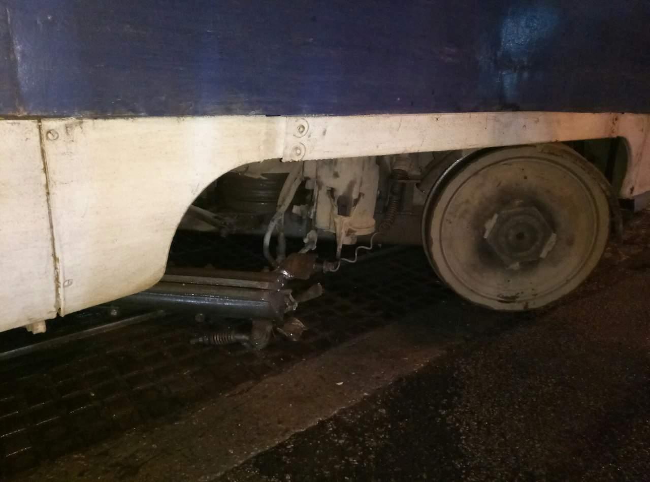 В Запорожье у трамвая почти отлетели колеса (Фото) (Видео)