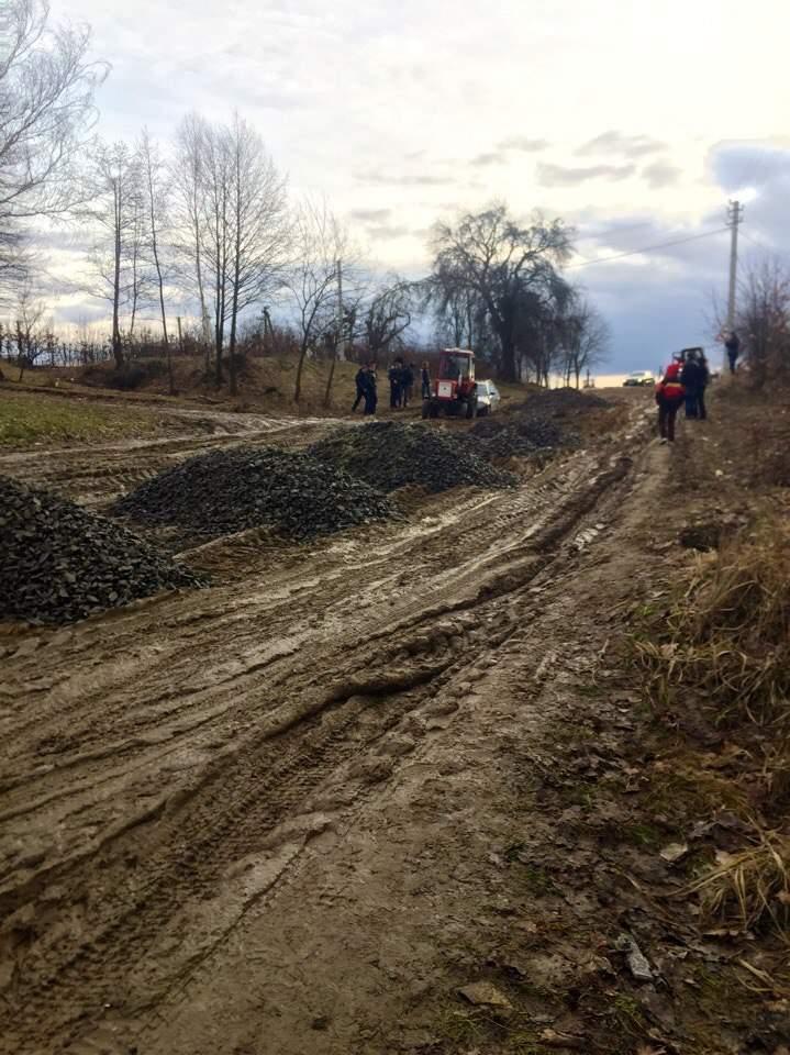 Львовские трактористы наживаются на бездорожье (Фото)