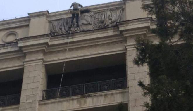 В ХНУ им. Каразина демонтировали советскую символику на фасаде здания
