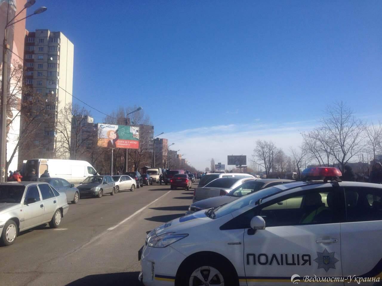 Фотофакт: из-за ярмарки в Деснянском районе Киева перекрыта одна из ключевых улиц