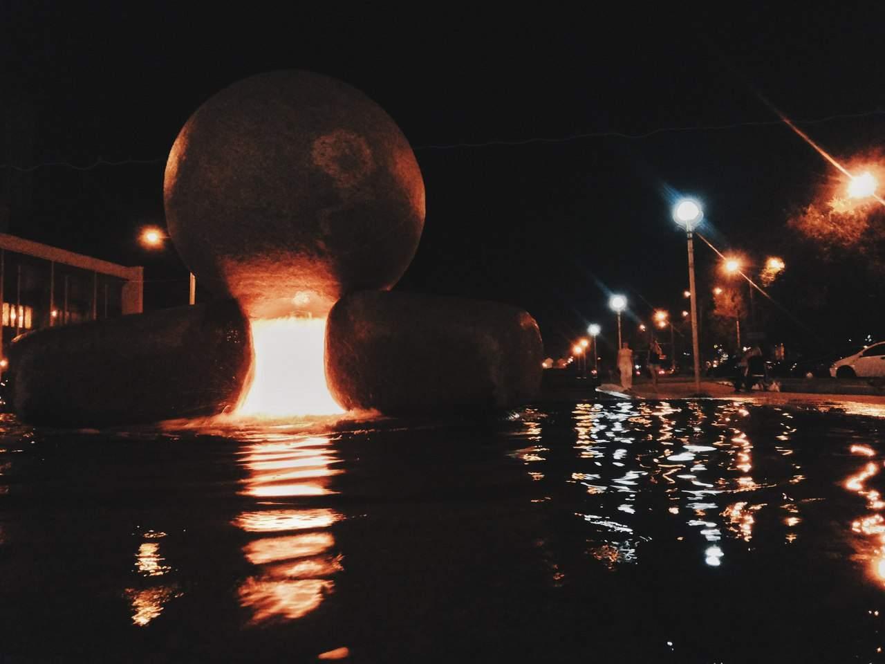 Вид на Запорожские фонтаны ночью (Фото)