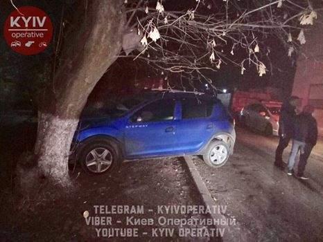 В Киеве горе-угонщик разбился на краденом автомобиле (Фото)