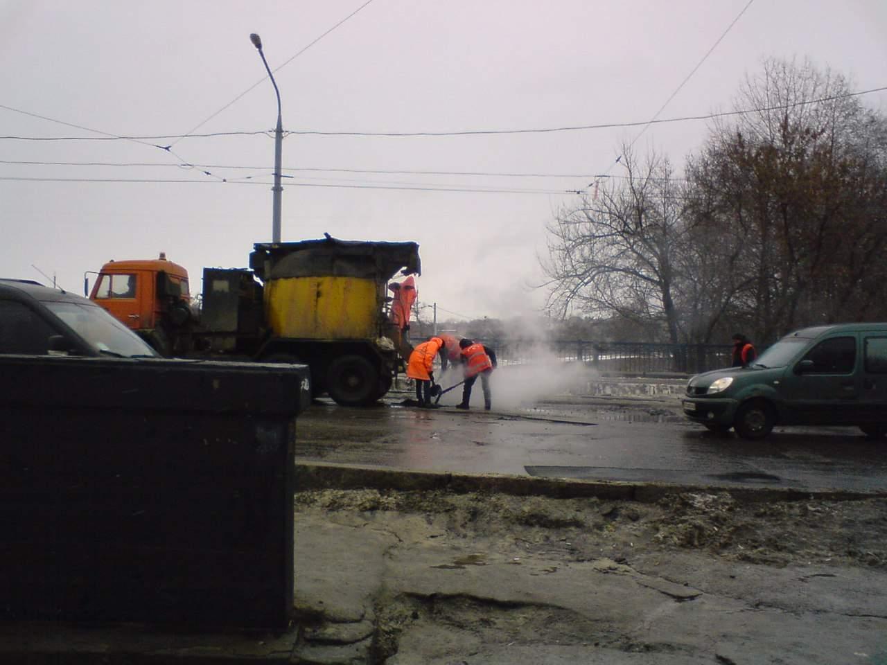 В Харькове кладут асфальт прямо поверх луж и растаявшего снега (фото)