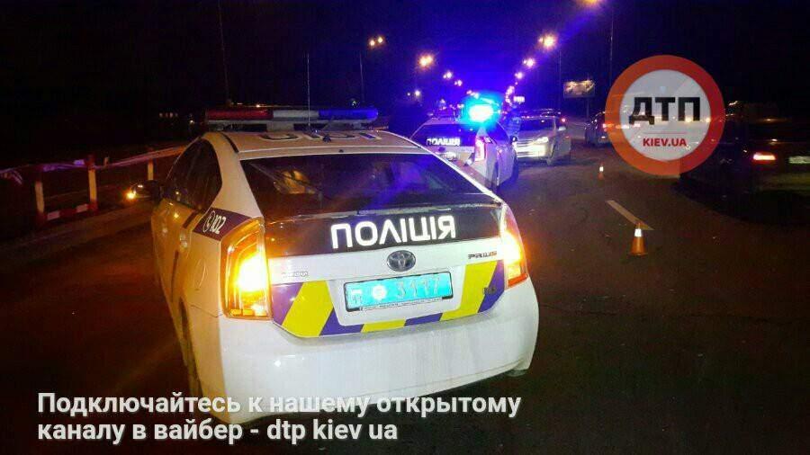 В Киеве автомобиль снес 70 метров отбойника и врезался в