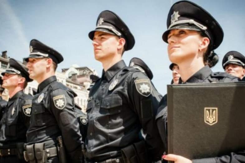 В Кривом Роге сотрудники новой полиции возмутили очевидцев жестоким задержанием. Женщины кинулись на защиту «преступников» (видео)