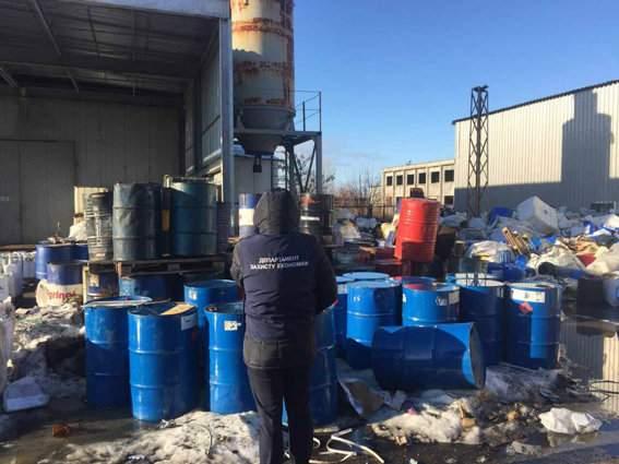 Угроза экологии в Черкассах: опасный мусор выбрасывали под открытое небо (Фото)