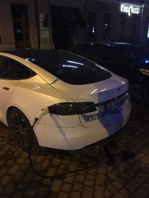 Общественный бунт против популярного сервиса: во Львове вандалы «разукрасили» зелёнкой автомобиль Яндекс.Такси