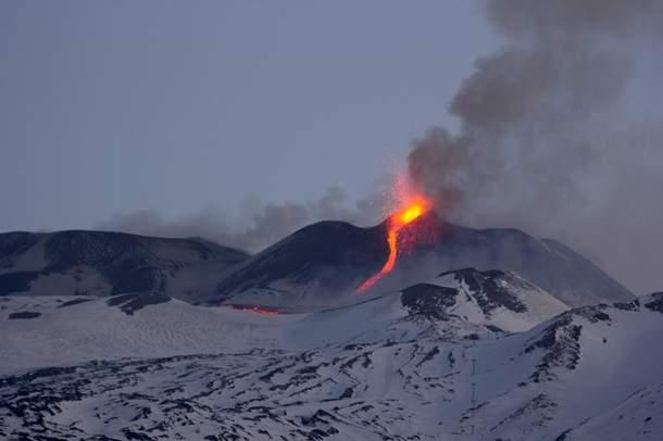 """Итальянский вулкан Этна начал извергаться и """"разливать"""" лаву (фото, видео)"""