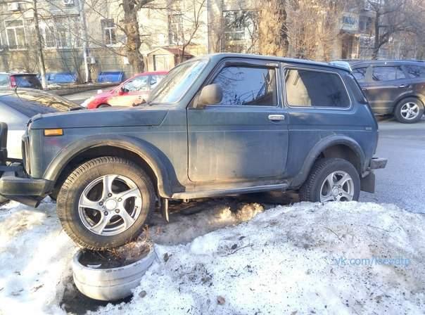 В столице экстремал припарковался на снежной глыбе (фото)