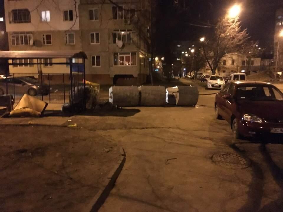 Жители Львова устроили флешмоб с мусорными баками (Фото)