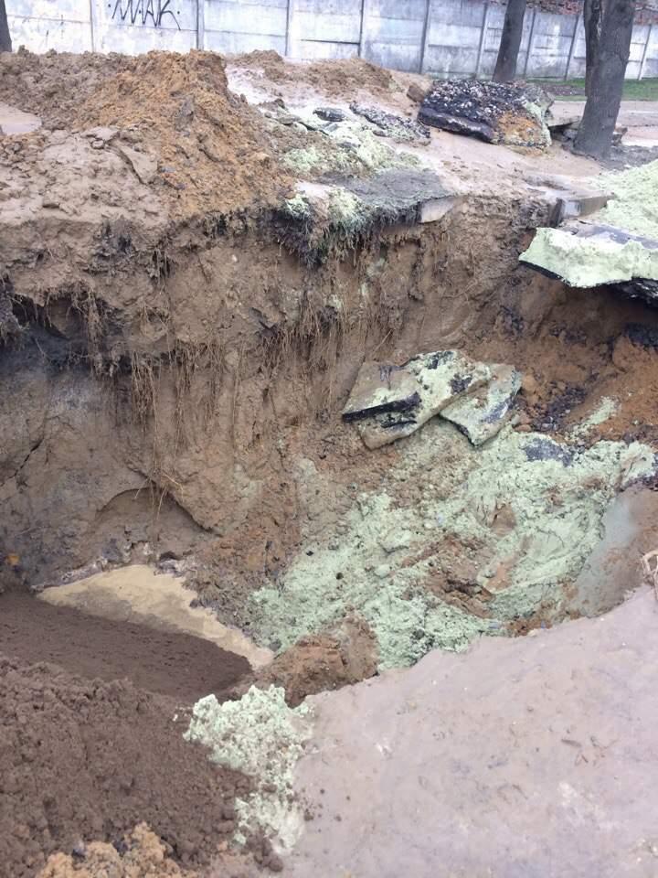 На Львовщине в центре Рясного обрушилась дорога (фото)