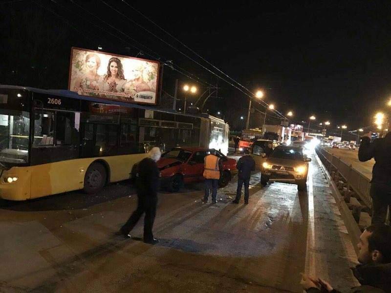 В Киеве произошло масштабное ДТП с участием двух автомашин и троллейбуса
