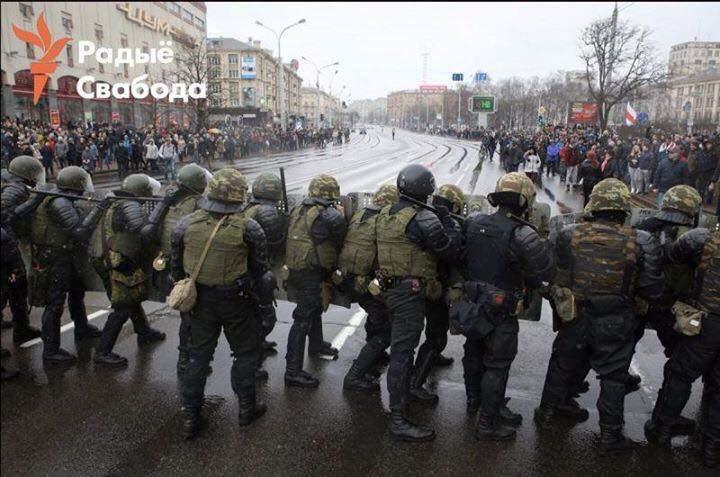 Появились новые кадры жёсткого разгона мирных людей в Минске (фото)