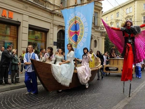 Благотворительный марафон во Львове: Актеры львовских театров прошлись по городу в ярких костюмах (Фото)