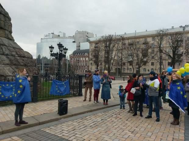 Провокация в столице: Неизвестные вытерли ноги о флаг ЕС (Фото)