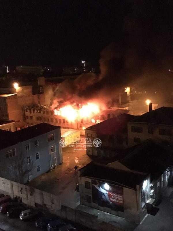В Одессе горит Пищевая академия: Спасатели не могут подъехать к зданию, так как въезд заблокирован (Видео)