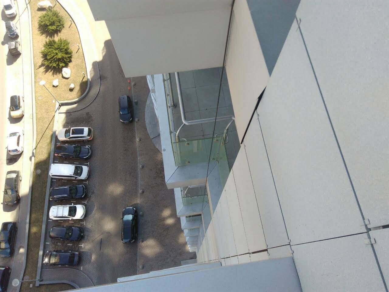 Предприимчивый киевлянин соорудил заправку для электромобиля на входе в подъезд (фото)