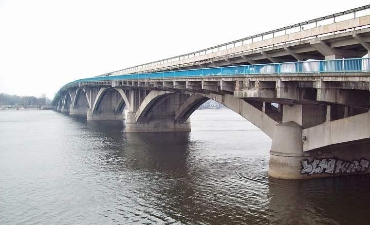 В столице возле моста обнаружили тело мертвого мужчины
