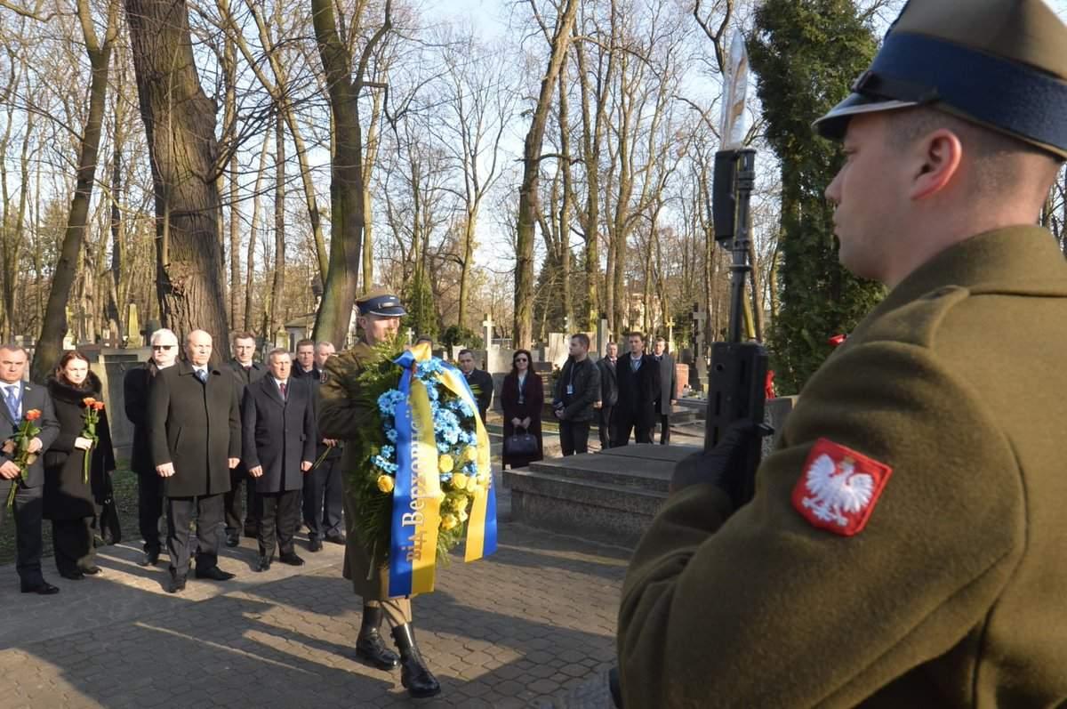 Делегация ВР почтила память воинов УНР в Польше (фото)