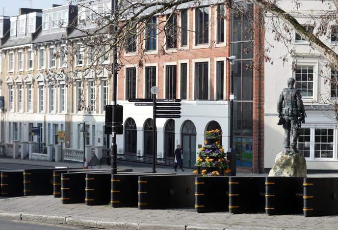 После лондонского теракта, в городе возводят барьеры возле Виндзорского замка (фото)